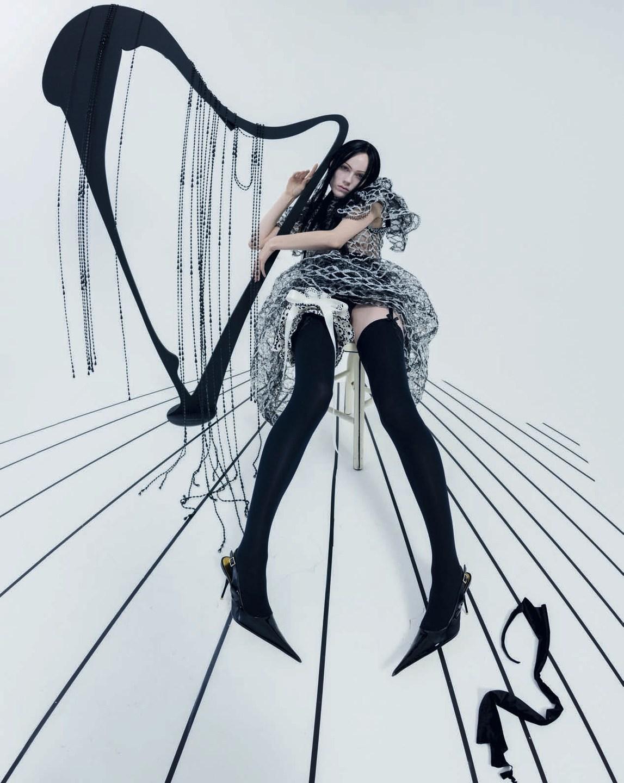 时尚摄影大师Tim Walker时尚摄影:Vogue杂志意大利版2018二月刊《精神中》,模特 ANNA CLEVELAND, DUCKIE THOT, HARRY ALEXANDER, JAMES CREWE, JORD......