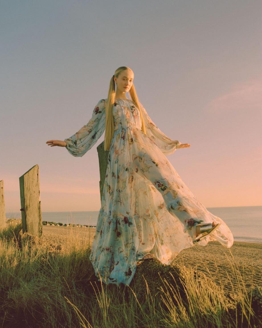 英国摄影师James Perolls目前工作和生活在柏林,他喜欢把模特置身于自然环境之中,在阳光、天空、树林和草丛中,利用胶片质地的影像将时间停留在这一时......